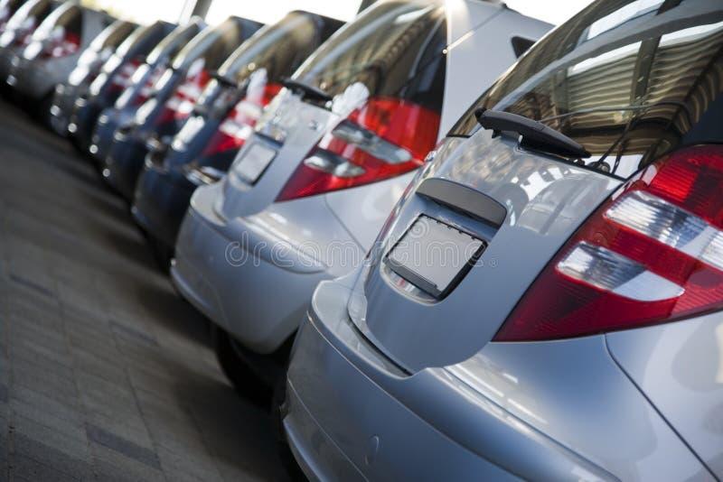 Reihe der nagelneuen Autos stockfotografie
