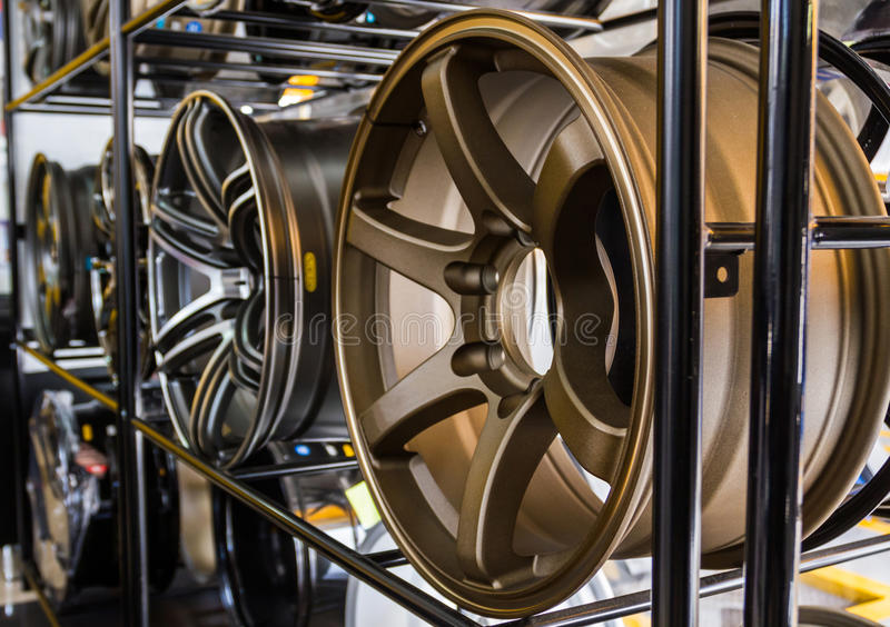 Reihe der Neuwagenleichtmetallfelge lizenzfreies stockfoto