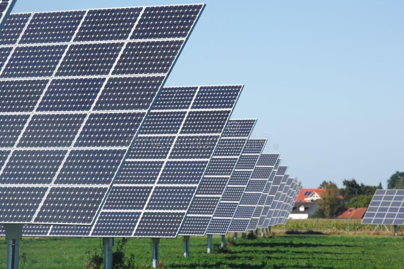 Reihe der Sonnenkollektoren stockbilder