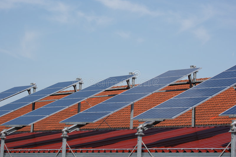 Reihe der Sonnenkollektoren stockfotografie