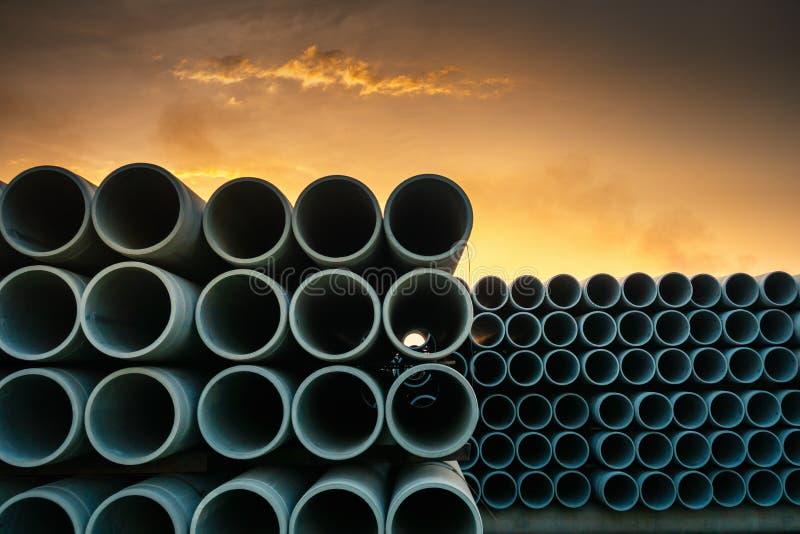 Reihe der Speicherabwasser-Entw?sserungs-konkreten Rohrleitung, Produktionsanlage des materiellen Baus, stapeln vom Abzugskanal-R lizenzfreie stockfotografie