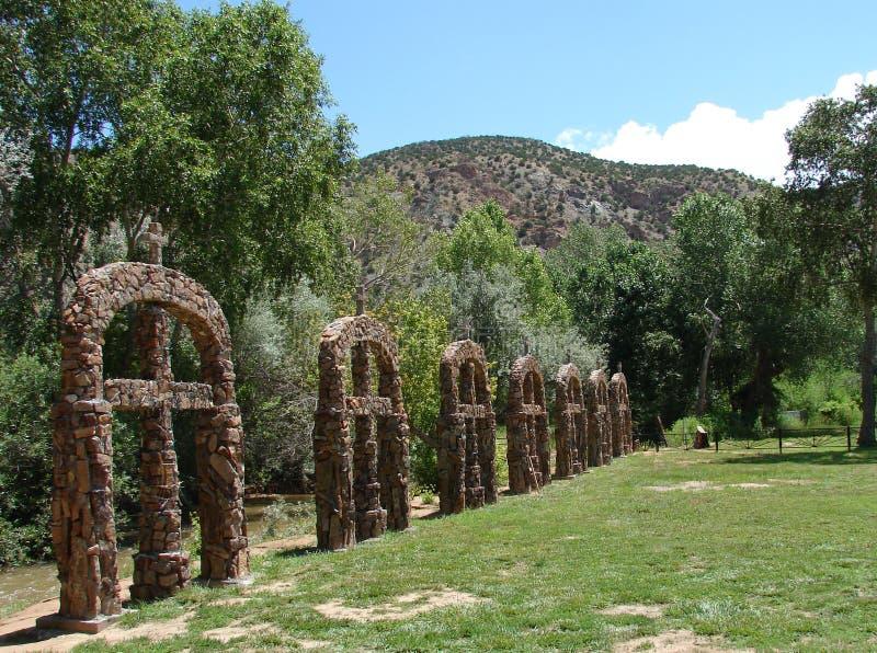 Reihe der Steinkreuze stockbilder