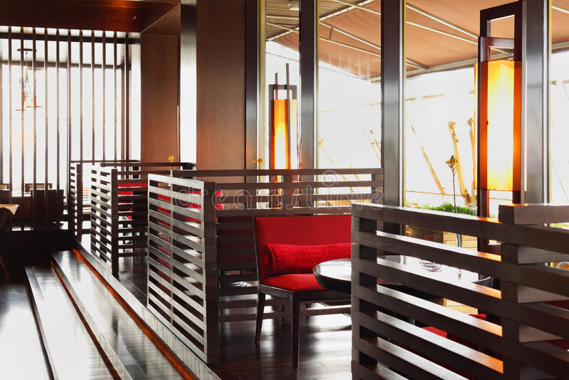 Reihe der Tabellen und der Sitze in der leeren Gaststätte lizenzfreie stockfotografie