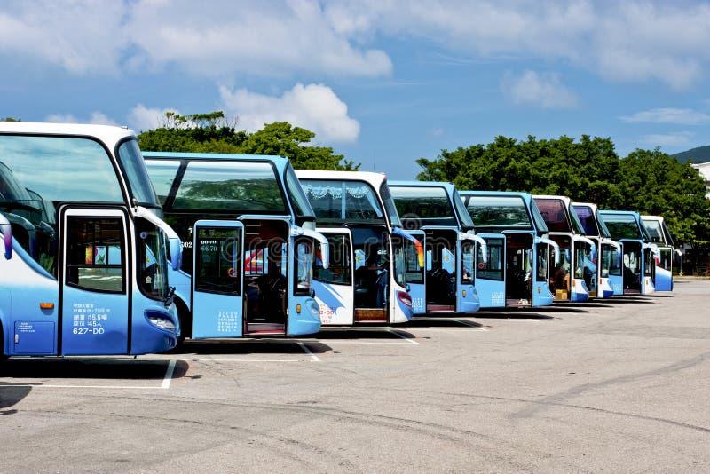 Reihe der touristischen Busse stockbild