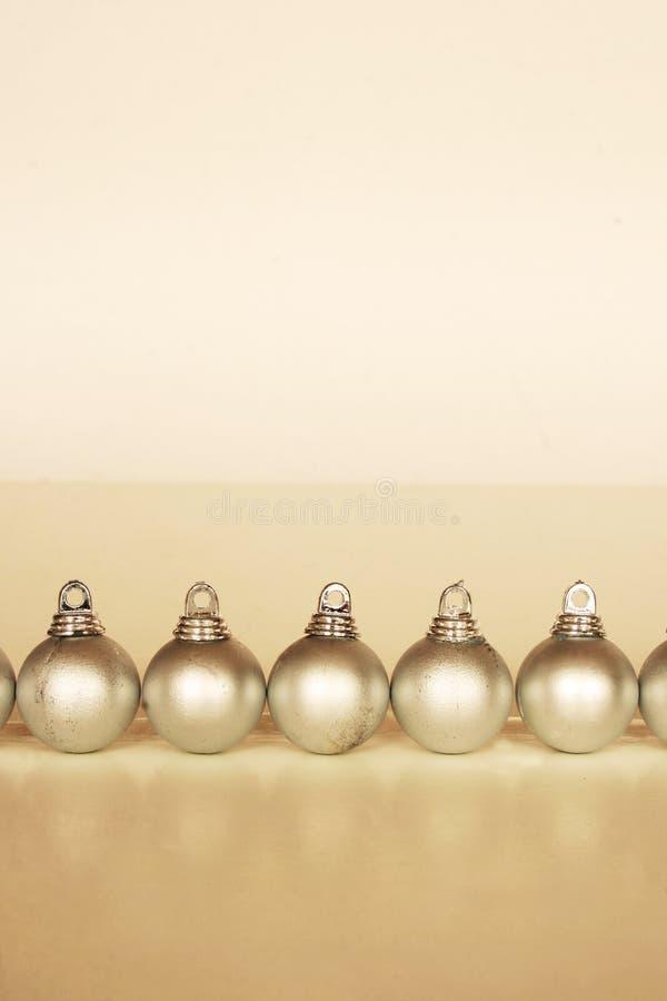 Reihe der Weihnachtskugeln stockfotografie