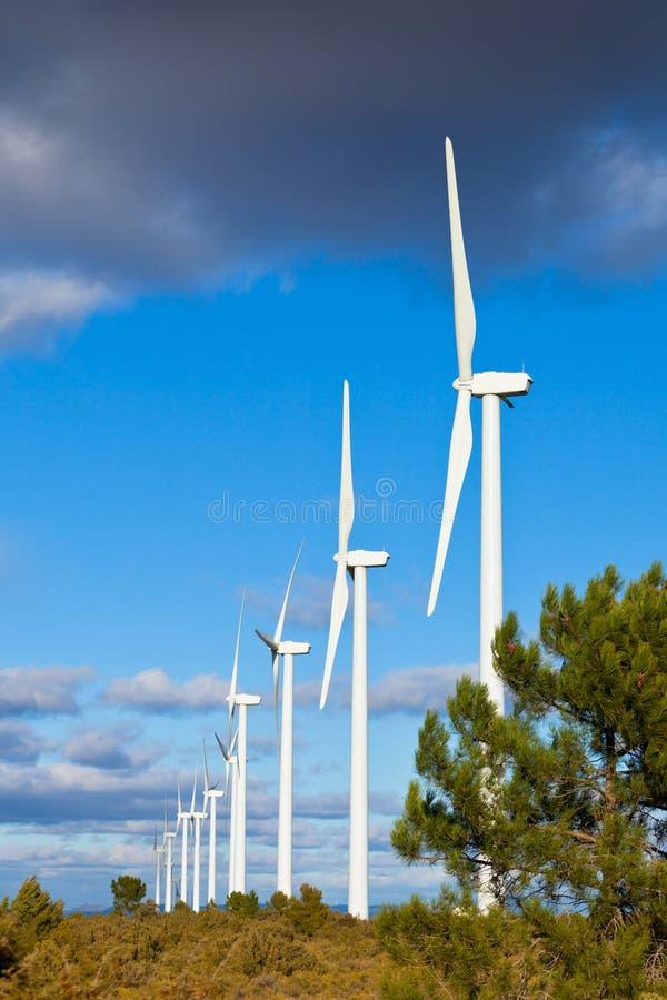 Reihe der Windturbinen lizenzfreies stockbild