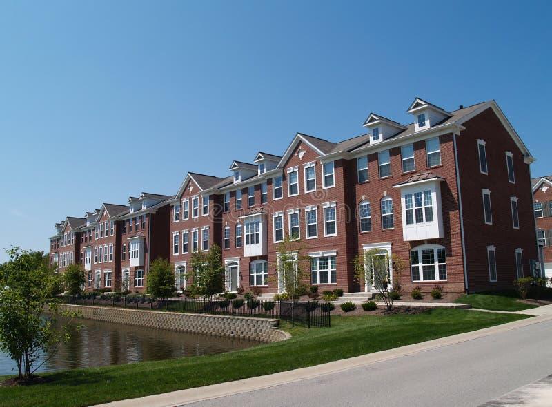 Reihe der Ziegelstein-Eigentumswohnungen mit Schacht Windows stockbild