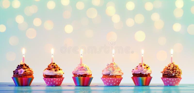 Reihe des bunten kleinen Kuchens mit Kerzen lizenzfreies stockfoto