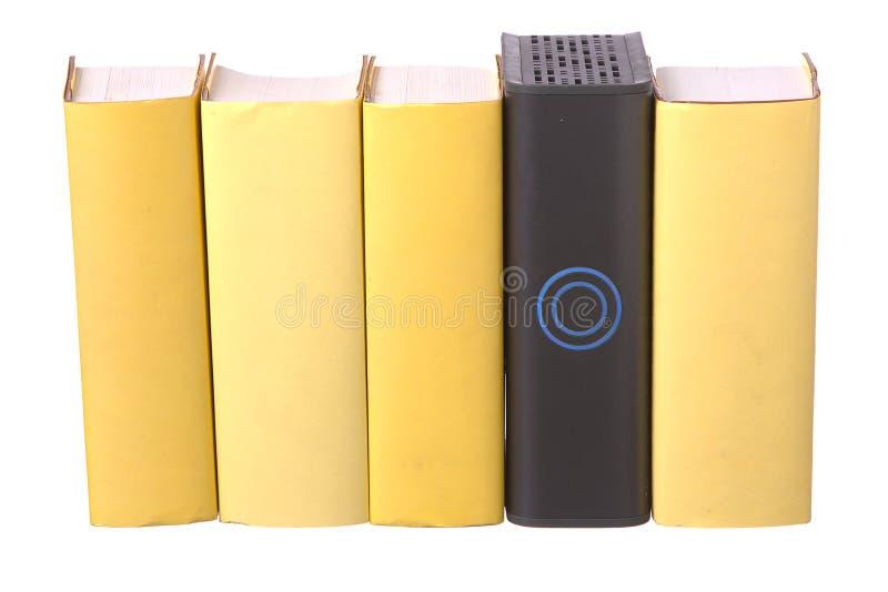 Reihe des gelben gebundenen Buches meldet mit einer Computerzwangsarbeit an lizenzfreie stockfotografie