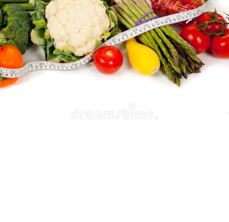 Reihe des Gemüses mit einem Band auf Weiß stockfoto