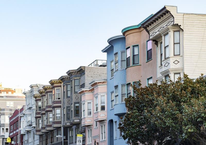 Reihe des historischen Pastells färbte Gebäude mit klassischem Erkerfenster stockbilder
