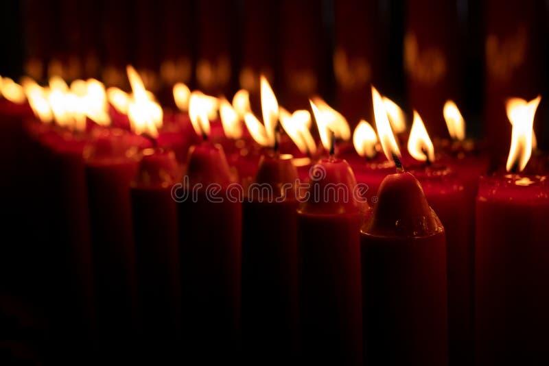 Reihe des Kerzenbrennens stockfoto
