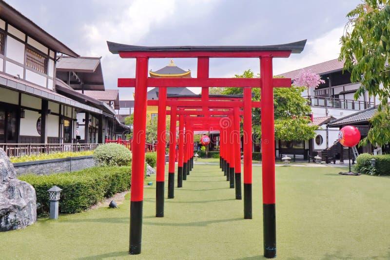 Reihe des roten torii an J-Park, Chonburi, Thailand stockfoto