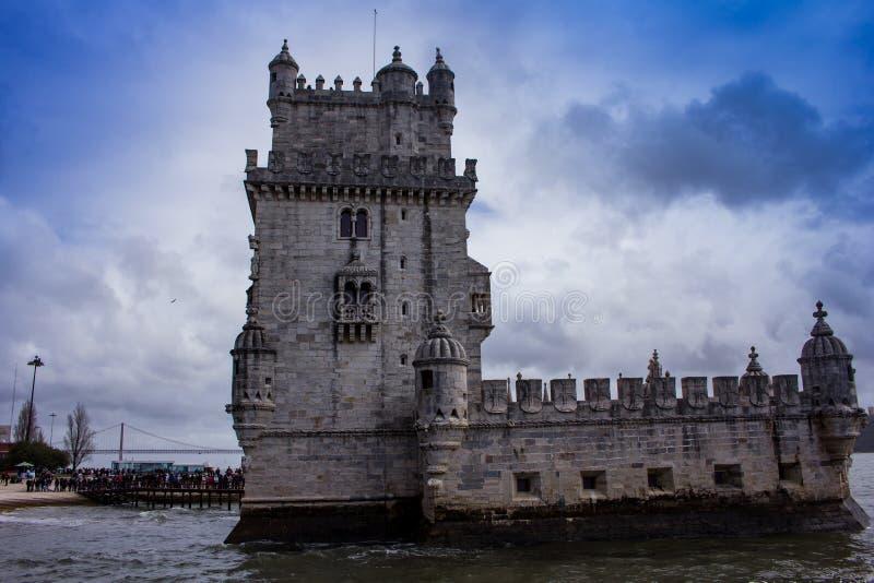 Reihe am Eingang zu Belem-Turm - bewölkte Ansicht lizenzfreie stockfotos