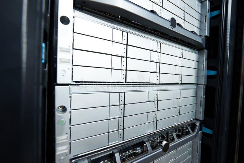 Reihe Festplattenlaufwerke im Rechenzentrum stockfotos