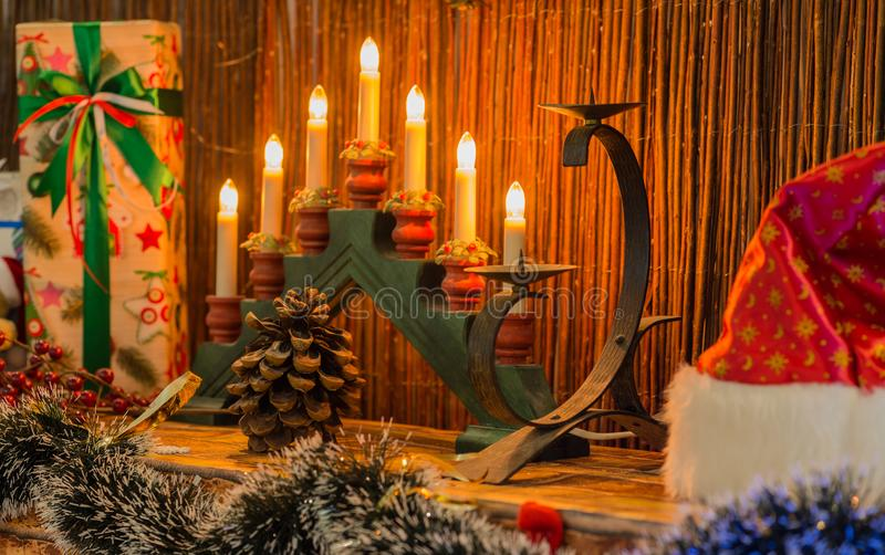 Reihe Kerzen auf einem Kerzenständer im Weihnachtsinnenraum Se stockfotos