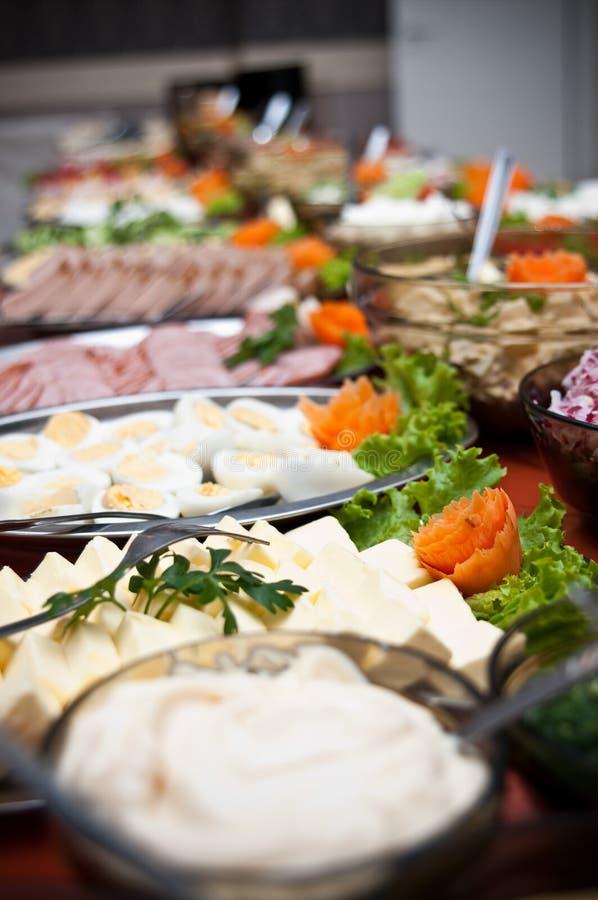 Reihe Lebensmittel auf Buffettisch stockfoto