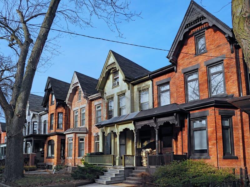 Reihe von alten Backsteinhäusern des viktorianischen Stils stockfotos
