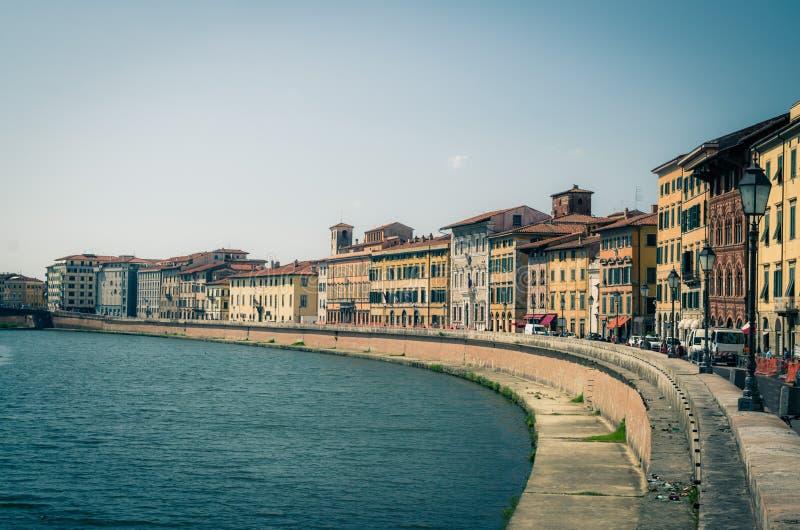 Reihe von alten bunten Gebäudehäusern auf Dammpromenade von der Arno-Fluss in der historischen Mitte von Pisa stockbild