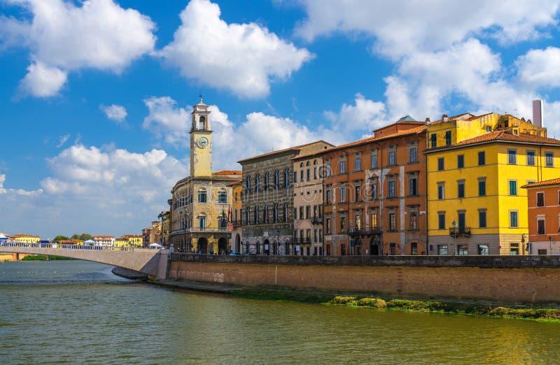 Reihe von alten bunten Gebäudehäusern auf Dammpromenade von der Arno-Fluss, Brücke Ponte Di Mezzo in der historischen Mitte von P stockfotos