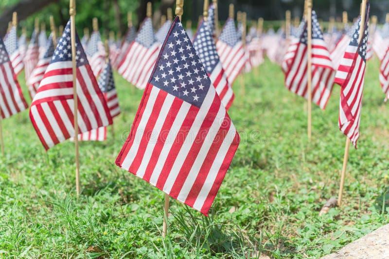 Reihe von amerikanischen Rasenflaggen auf grünem Gras am Gedenktag in Dallas, Texas, USA stockfotos