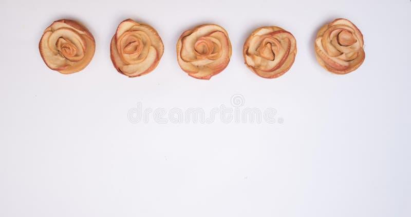 Reihe von Apfelmuffins und von weißem Hintergrund lizenzfreies stockbild
