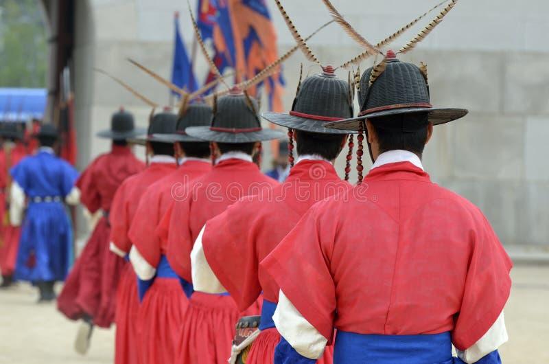 Reihe von bewaffneten Wachen in den alten traditionellen Soldatuniformen im alten königlichen Wohnsitz, Seoul, Südkorea stockfotos