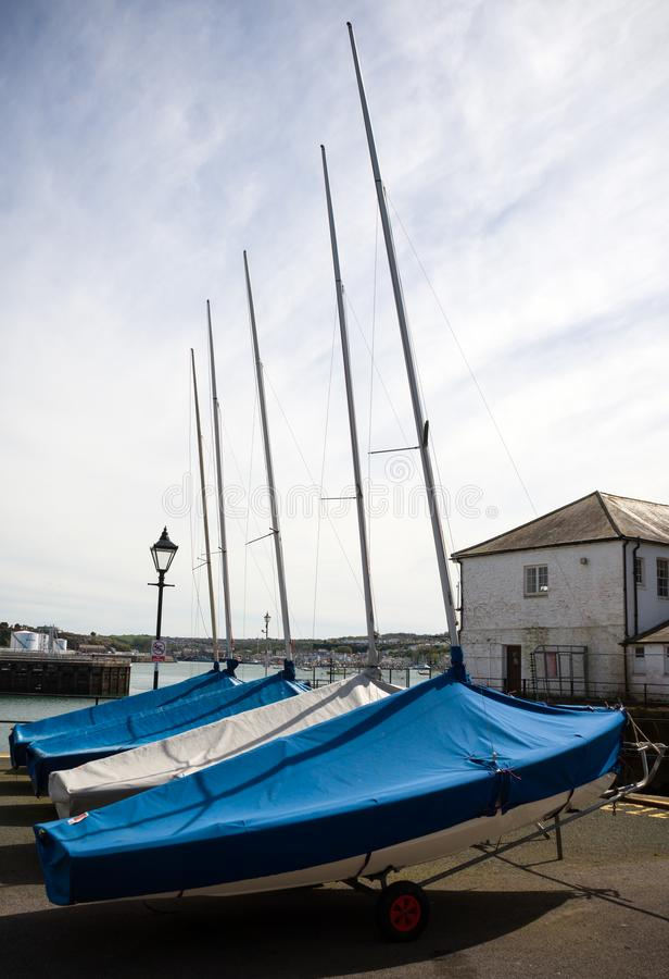Reihe von Booten in der Lagerung unter der Markise, Lager auf dem Bootspier, Plymouth, Devon, Vereinigtes Königreich, am 23. Mai  stockfotos