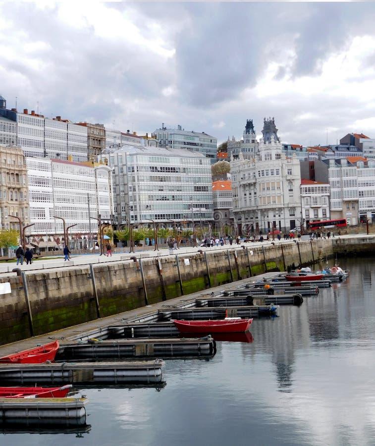 Reihe von Booten an La Coruna-Kreuzschiffen koppeln in Porto DA Coruna an lizenzfreies stockfoto