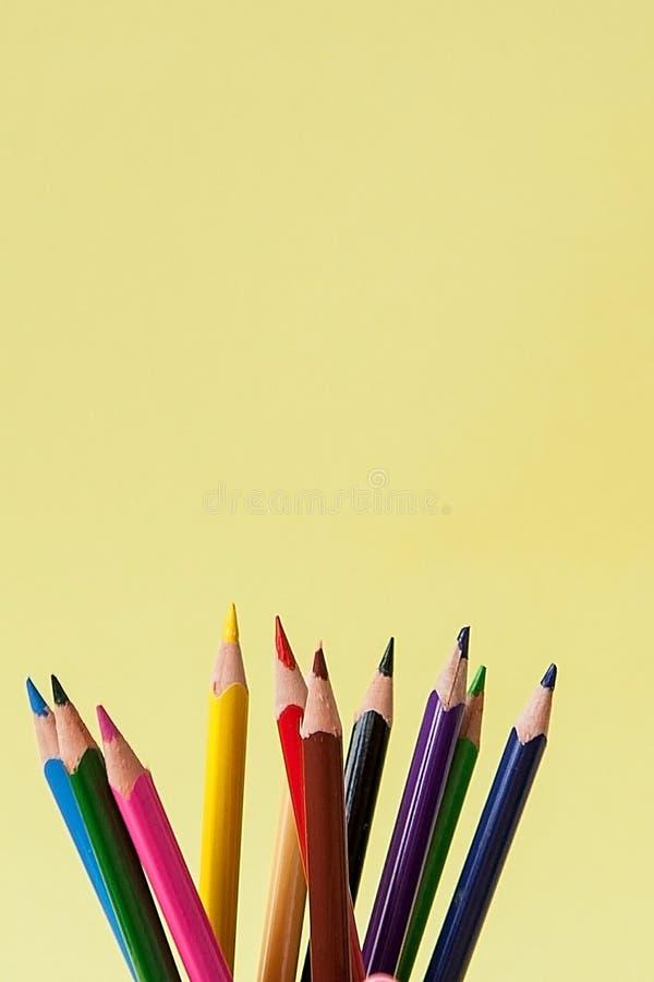Reihe von bunten Bleistiften auf gelbem Hintergrund lizenzfreies stockfoto