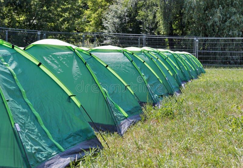 Reihe von Campingzelten auf Campingplatz lizenzfreies stockfoto