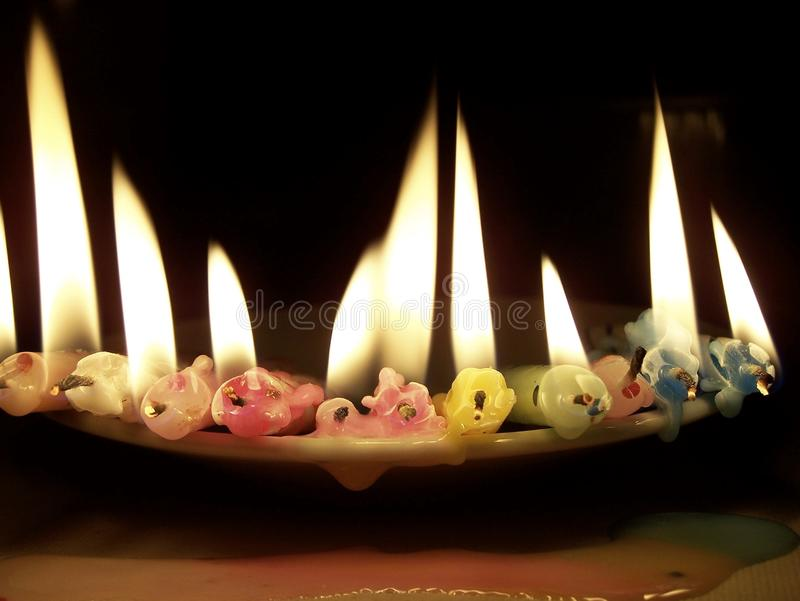 Reihe von den brennenden Kerzen hinlegend und schmelzend stockbild
