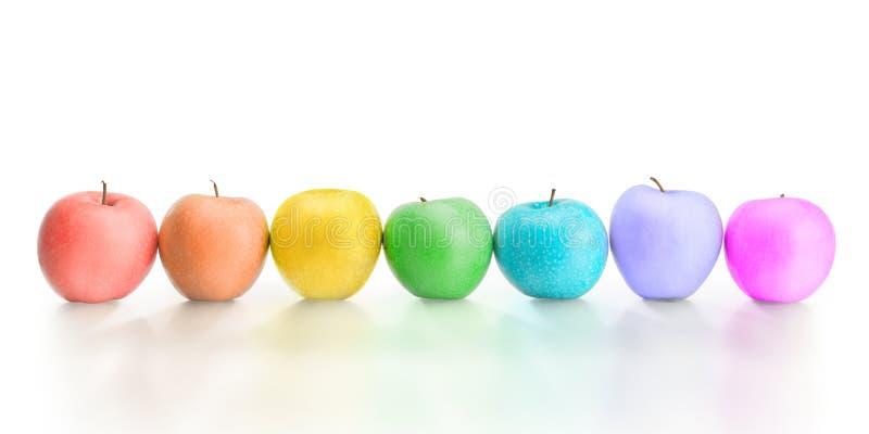 Reihe von den unterschiedlicher Regenbogen farbigen Äpfeln lokalisiert mit dem Abschneiden von p lizenzfreie stockbilder