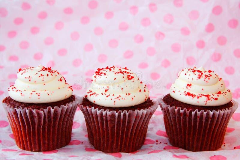 Reihe von drei roten Samtkleinen kuchen lizenzfreie stockfotos