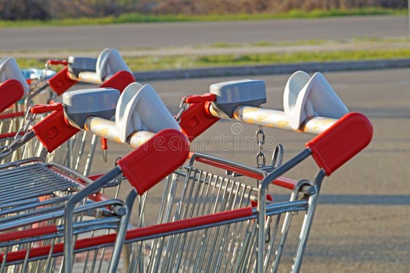 Reihe von Einkaufslaufkatzen oder -Warenkörben im Supermarkt lizenzfreies stockbild