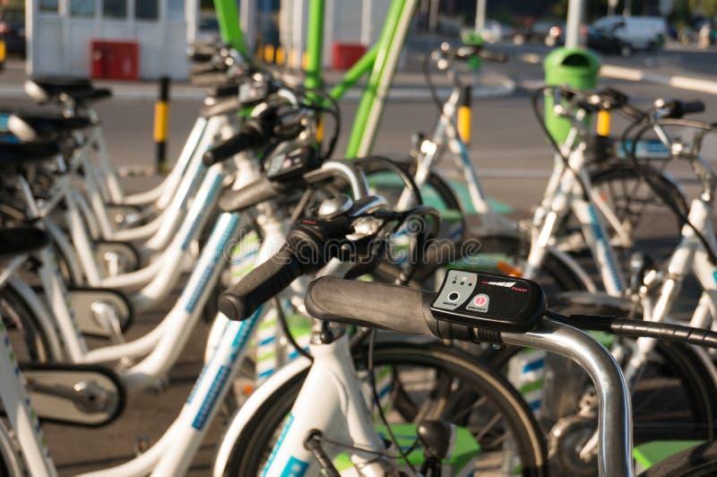 Reihe von elektrischen Fahrrädern stockbild