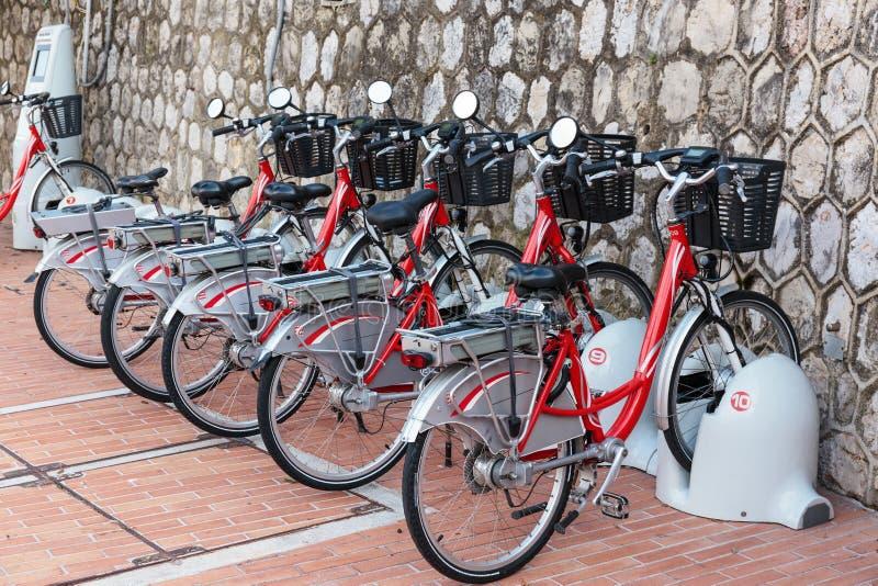 Reihe von elektrischen Fahrrädern stockbilder