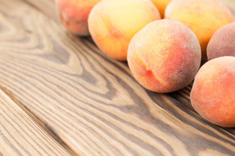 Reihe von frischen ganzen reifen Pfirsichen stockfoto