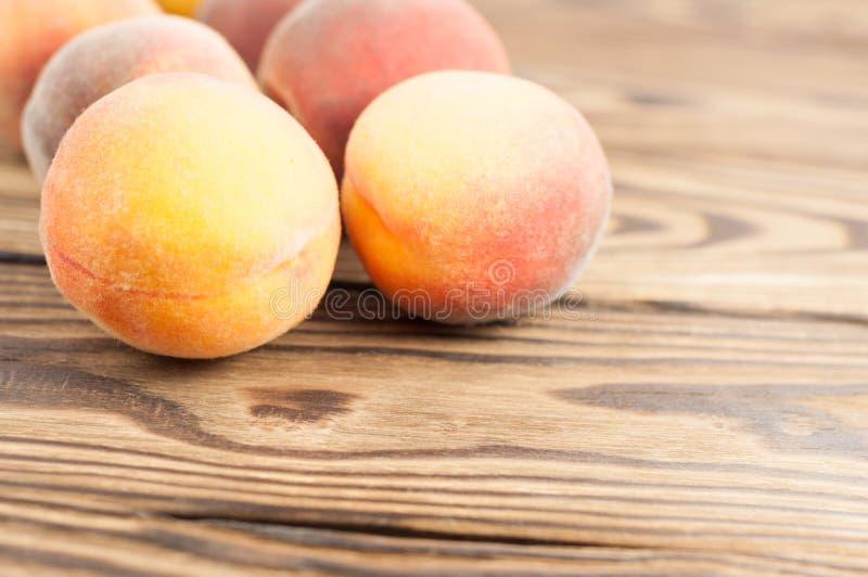 Reihe von frischen ganzen reifen Pfirsichen stockfotografie