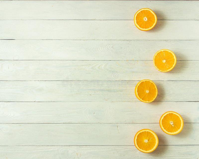 Reihe von frischen Orangen, Draufsicht Gesunde Zitrusfrüchte auf weißem hölzernem Hintergrund, Draufsicht, copyspace lizenzfreie stockfotos