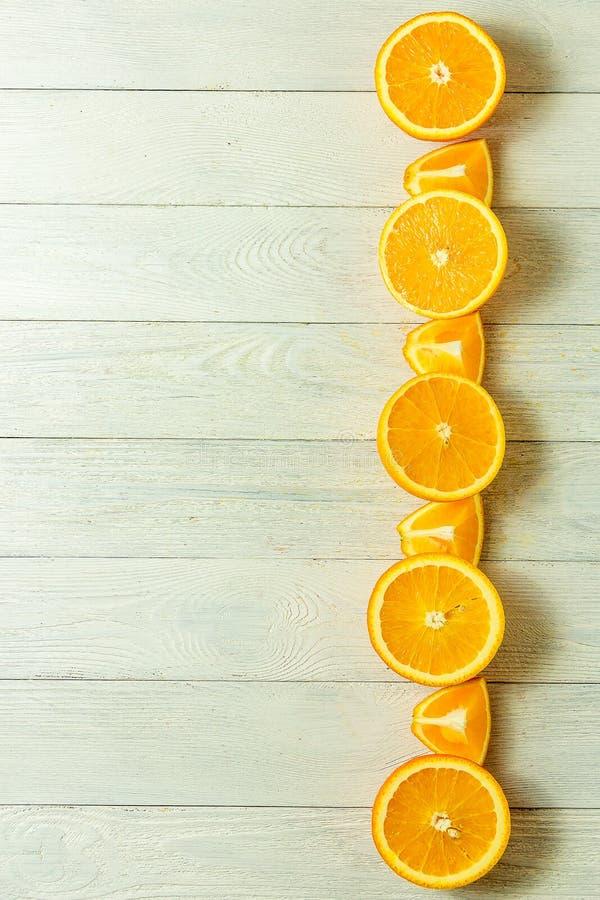 Reihe von frischen Orangen, Draufsicht Gesunde Zitrusfrüchte auf weißem hölzernem Hintergrund, Draufsicht, copyspace lizenzfreie stockfotografie