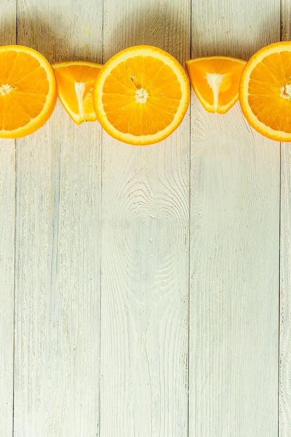 Reihe von frischen Orangen, Draufsicht Gesunde Zitrusfrüchte auf weißem hölzernem Hintergrund, Draufsicht, copyspace stockfotografie