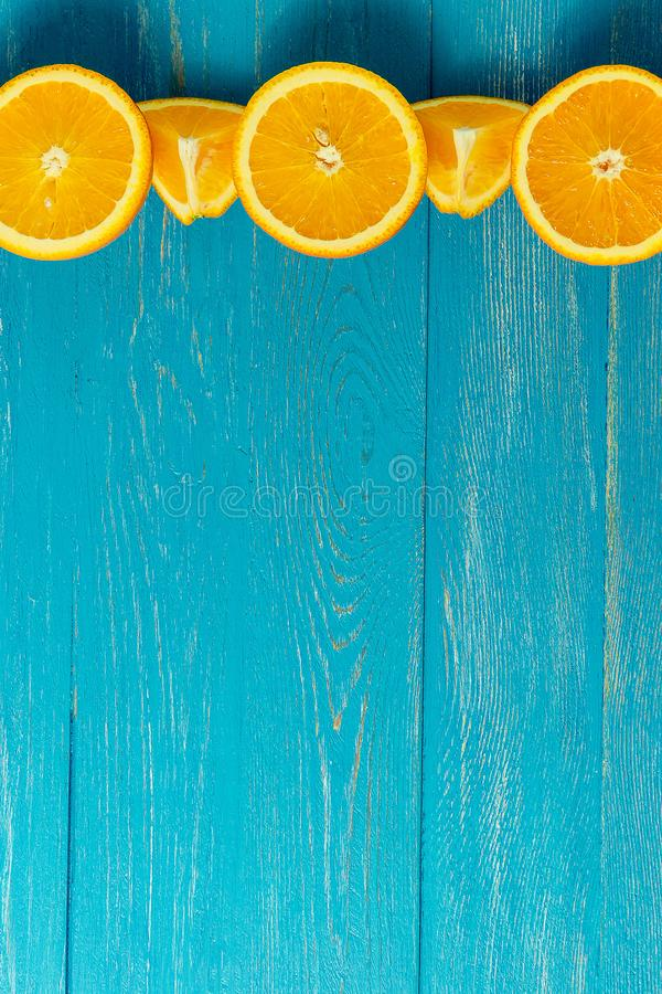 Reihe von frischen Orangen, Draufsicht Gesunde Zitrusfrüchte auf blauem hölzernem Hintergrund, Draufsicht, copyspace lizenzfreie stockbilder