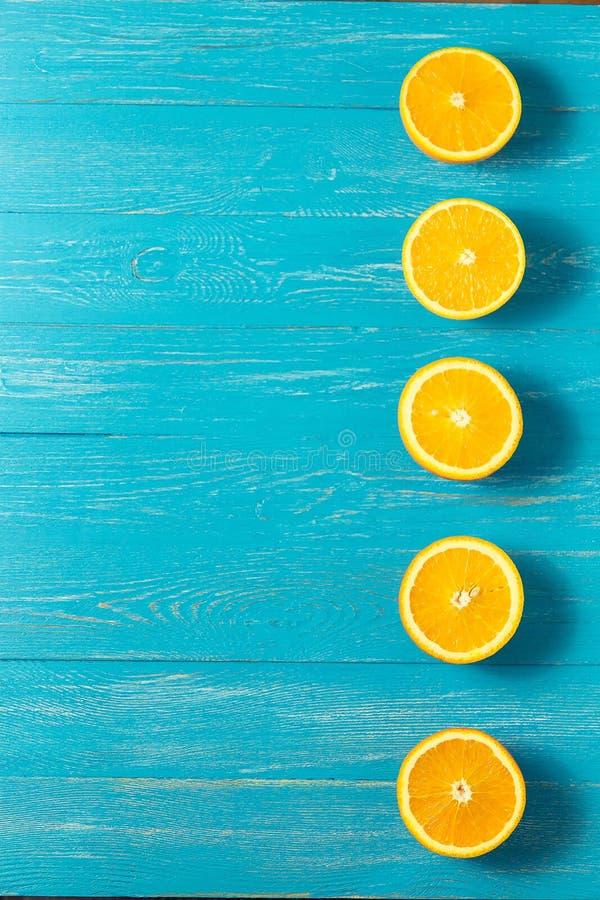 Reihe von frischen Orangen, Draufsicht Gesunde Zitrusfrüchte auf blauem hölzernem Hintergrund, Draufsicht, copyspace stockbild