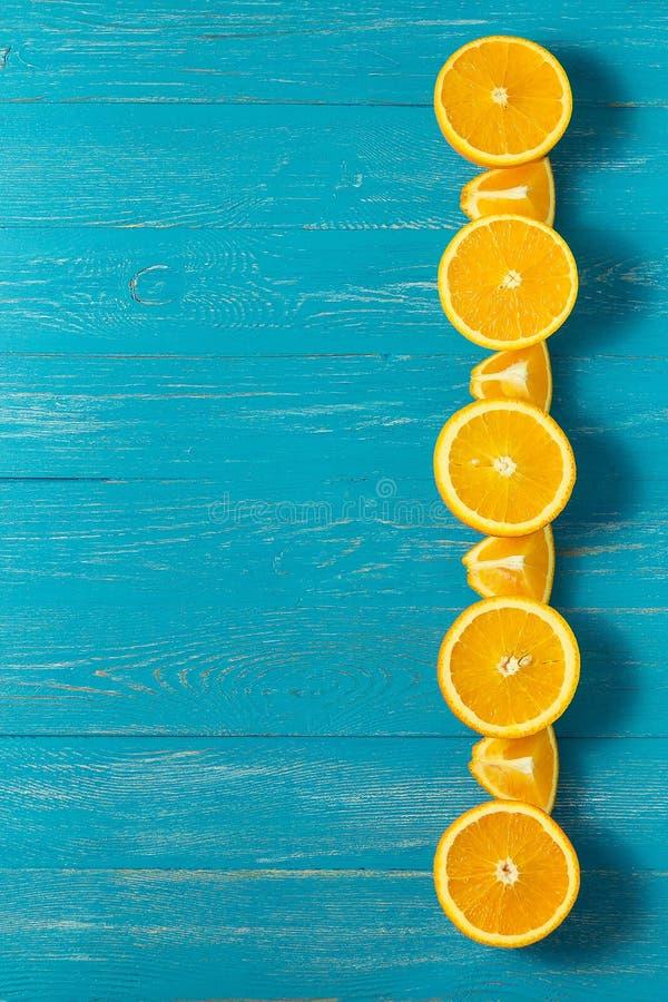 Reihe von frischen Orangen, Draufsicht Gesunde Zitrusfrüchte auf blauem hölzernem Hintergrund, Draufsicht, copyspace lizenzfreie stockfotos