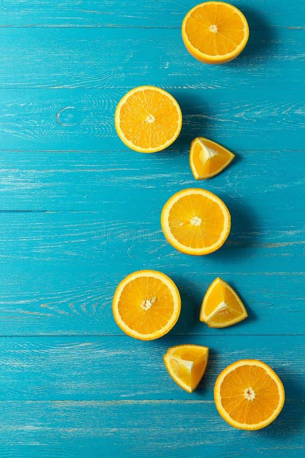 Reihe von frischen Orangen, Draufsicht Gesunde Zitrusfrüchte auf blauem hölzernem Hintergrund, Draufsicht, copyspace lizenzfreies stockfoto