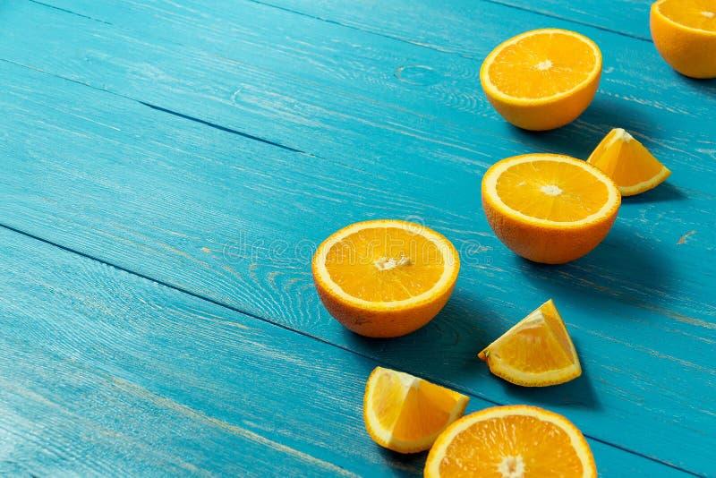 Reihe von frischen Orangen, Draufsicht Gesunde Zitrusfrüchte auf blauem hölzernem Hintergrund, Draufsicht, copyspace lizenzfreies stockbild