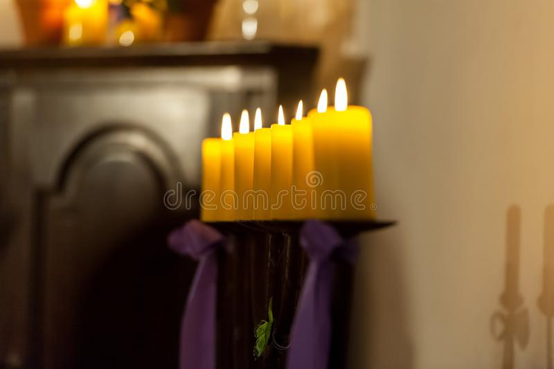 Reihe von gelben Kerzen in der Kirche lizenzfreie stockfotografie