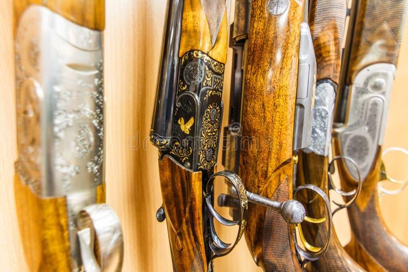 Reihe von Gewehren im Shop stockbilder