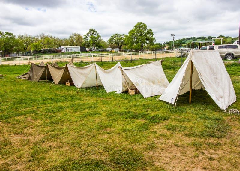 Reihe von geworfenen Segeltuch-Zelten in Folge lizenzfreies stockbild